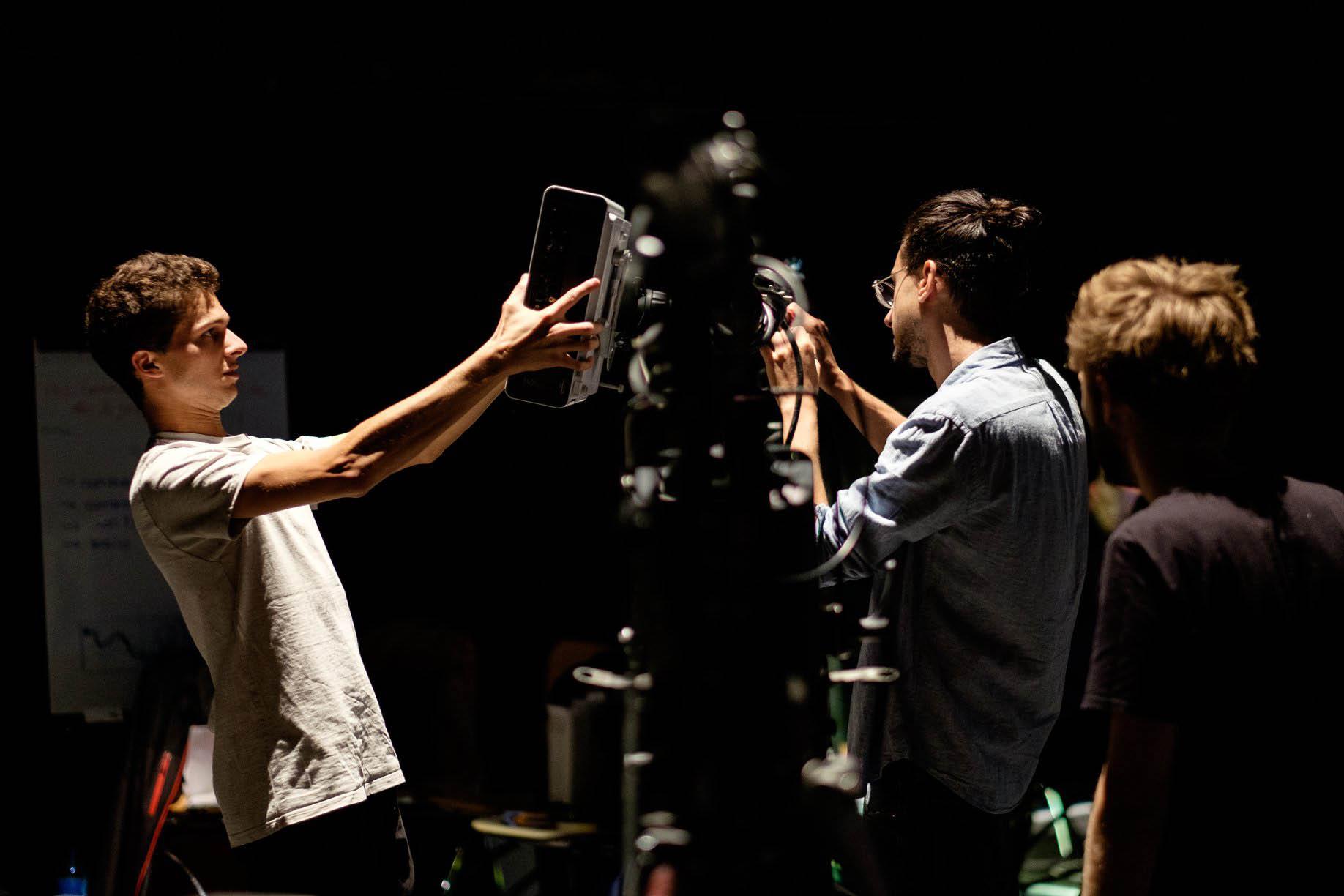 Professionnels d'une équipe de tournage sur un plateau