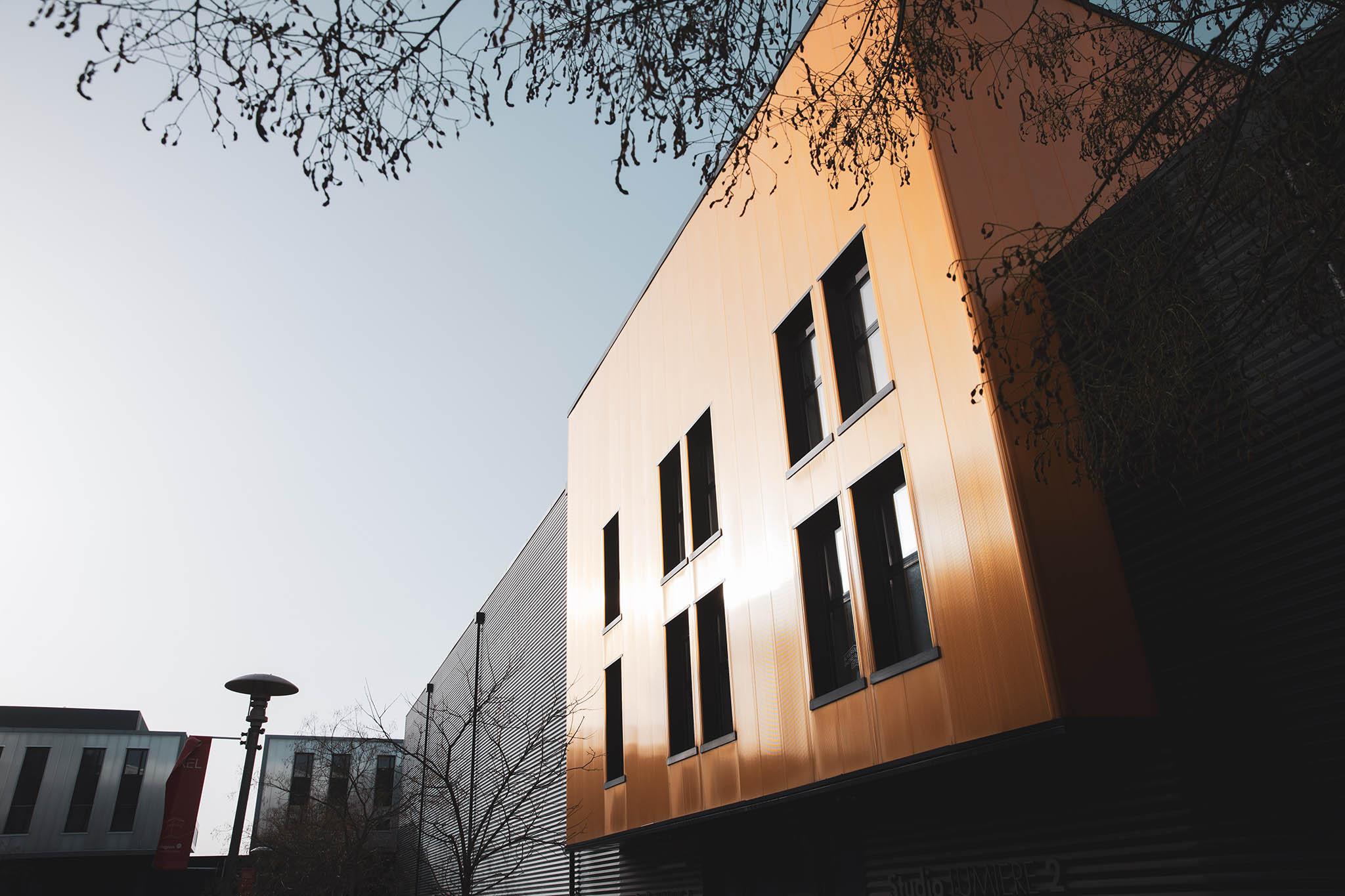 Vue d'un bâtiment du Pôle PIXEL au soleil rasant
