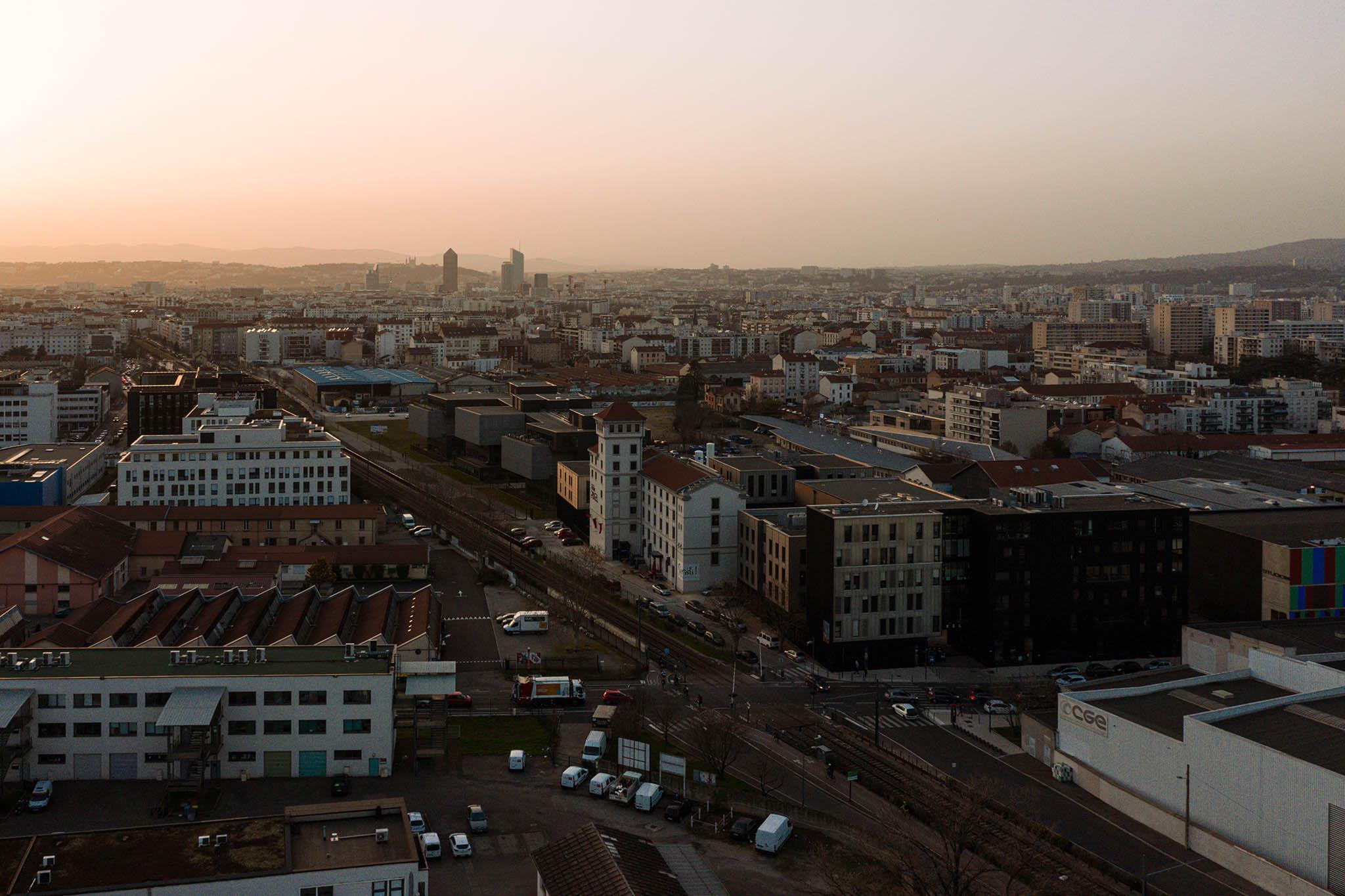 Vue aérienne de Lyon au soleil couchant depuis le Pôle PIXEL